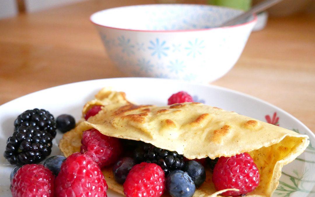 Frühstückspfannkuchen mit Sirupbeeren