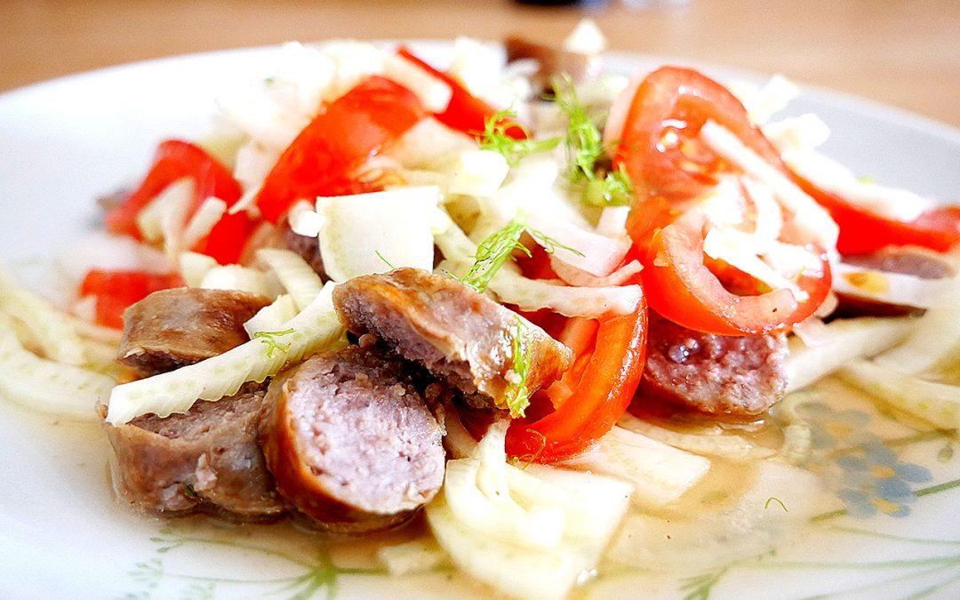 Salat mit Lammbratwürstchen